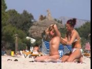 2 sans bra girly-girl women on the beach